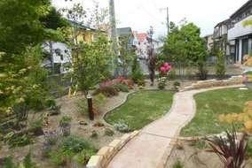 アプローチは土舗装仕上げになります。 雑草は生えず強度はコンクリートと同等まであります。