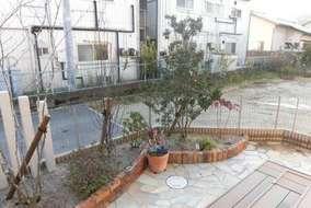 常緑樹は元々植栽してあったソヨゴになります。 足元に寄せ植え鉢を置きました。
