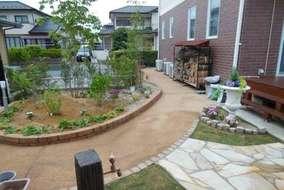 土舗装のアプローチです。家の脇道も土舗装にし、雨の日でも使いやすくと透水性が高い舗装材を使いました。