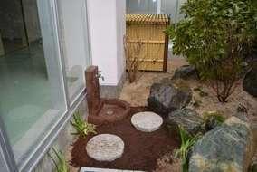 フイルターを垣根で目隠し。自然との調和を大切にしました。