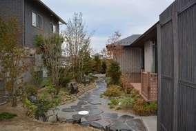 庭側では飛び石も大判鉄平石を使用しました。白砂利は御影石(白)です。散策路をイメージして設計しました