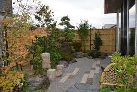 和庭になります。 敷石はボーダー敷石を使用。 松や景石などを使った坪庭風に設計しました。