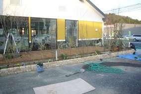 オープンに向けてガーデニングの花壇作り。