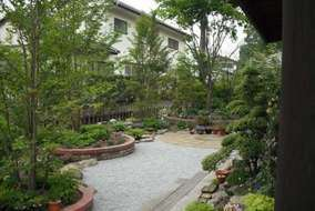 季節を感じる庭づくり。レンガ花壇、ロックガーデン、ユーカリ枕木などを施工