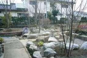 ロックガーデン完成後の撮影、石は地元産出の花崗岩。