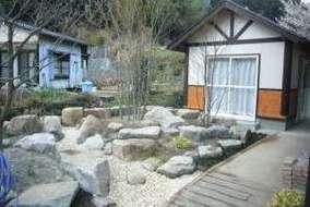 リニューアルでロックガーデンを作りました。庭幅が広かったので渓谷も作り、変化を付けました。