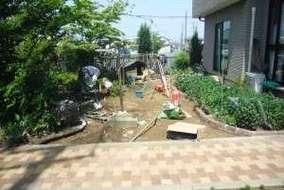 自然土を使った庭、ニュー土の施工中。