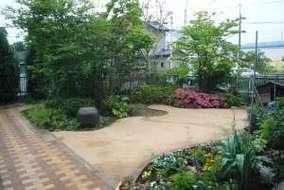 雑木の庭は数年前に施工しました。