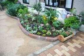 レンガで花壇を作り、宿根草等を植栽。2~3か月後に成長に合わせて移植します。