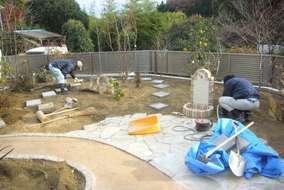 立水栓、庭の中を巡る飛び石の施工中です。