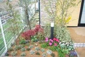 左端の花壇です。 高低差を付けて奥行きを出しました。