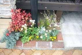 中央右の花壇です。 小スペースなのでライトで強調されるようにしました。