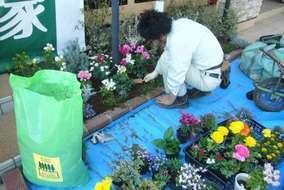 各花壇には、バークを敷きました。押すと圧縮され、保水性、透水性が高くなり土流出を抑えます。