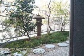 風呂場から見た中庭です。