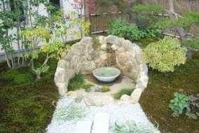 石とスギ苔との調和を考えました。