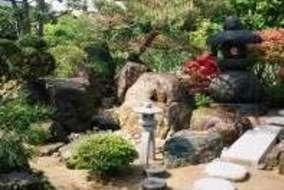 飛び石から石橋を渡り庭の中心に散策します。  灯篭は山灯篭。