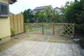 庭の入口を人工竹垣で施工。