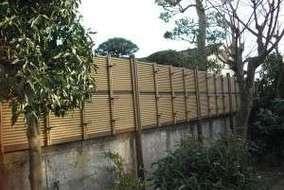 隣家との目隠しは人工竹垣の御簾垣。