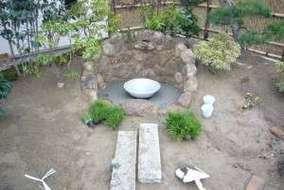 壁泉が完成し植栽、苔を植えてもうすぐ完成します。