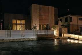 夜の写真になります。  手摺り・花壇・表札にライトを取付夜でも明るくなるように設計しました。