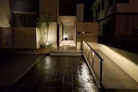 門正面の夜です。スロープから門前・アプローチ・玄関前へと繋がり明るく綺麗にライトアップされています。