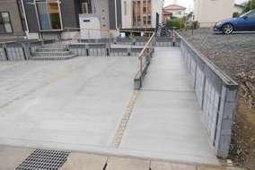 こちらは車椅子用のスロープです。 隣との境界のブロックも駐車場と同じつくりのブロックで設計しました。