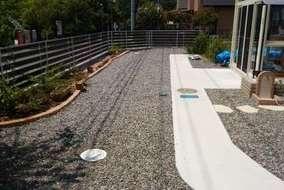 花壇を設け砂利の下に防草シートを設置。草などが生えにくい庭にしました。