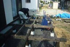 大引き、根太の施工中。