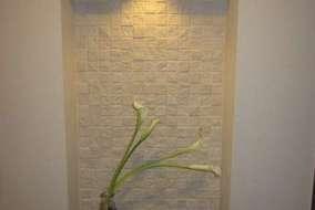 玄関 エコカラットとダウンライトで演出された飾りスペース