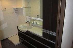洗面台 限られたスペースを広く使えるように、洗面ボウルの部分だけの奥行きが深くなっているものに