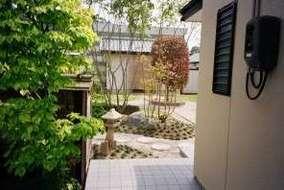 玄関から見る庭園です。