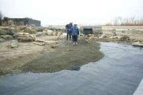 釣り掘りの外側です。 こちらも防水シートを張り砂利をいれました。
