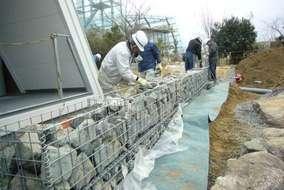 メッシュカゴに栗石を並べ、転落防止と、立水栓を併用します。