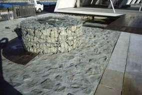 メッシュカゴの足洗い場と石張り