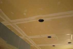 下塗り用のパテをジョイント部分、全てに均一に金ベラに使い塗っていきます。