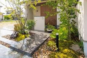 直線的なアプローチが入る事で、和風庭園がモダンな雰囲気に