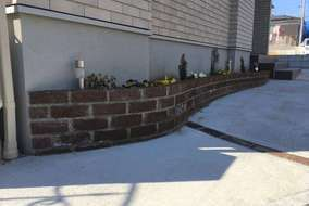 駐車場沿いの花壇