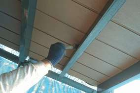 既存の軒天に下塗りしています。
