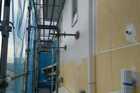 目地各所シール打ち後、下地ウレタン仕様アンダーベース材塗布施工中。
