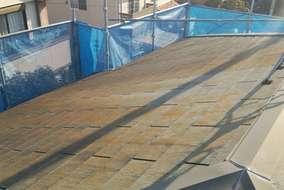 屋根施工前。素地の状態は苔、カビに。