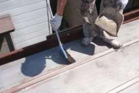 屋根 清掃中の施工画像です。