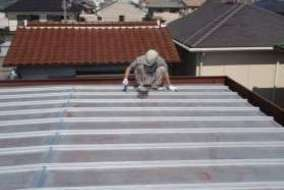 屋根 下塗の施工画像です。