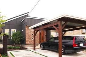 玄関前のアプローチを兼ね、間口を広げた特注のウッドカーポート。冬場除雪の手間を軽減しました。