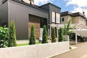 塀沿いに植えた「エメラルドグリーン」が、無機質なコンクリートを彩る。