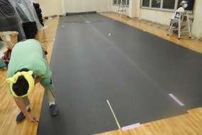 工期が短いのでクロス貼りと床長尺シート同時に施工です