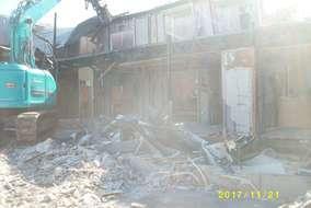 アパートの解体作業です。大量の瓦礫を運び出します。 長い間風雪に耐え、お勤めご苦労様でした
