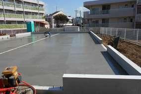 土間工事です。コンクリートが流し込まれ、均等に整地されます。 スケートも滑れそうな美しさです