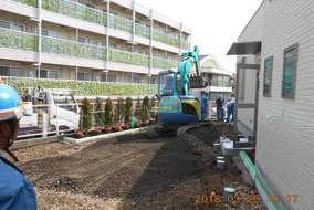 駐車場スペースです。一度既存のアスファルトを剥がしてから、土を均します。