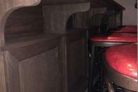 カウンターの下に荷物入れを取り付けました。