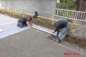 ベタ基礎工事です。防湿シートを敷いているところです。この工事の前に、雑草を刈り、土を均しています